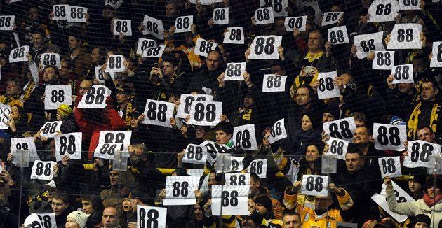 Fanoušci Litvínova vítají na začátku utkání novou posilu Jakuba Petružálka číslem jeho dresu.
