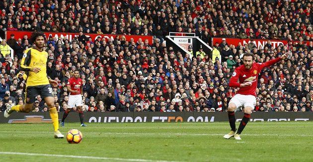 Záložník Manchesteru United Juan Mata střílí vedoucí gól v zápase s Arsenalem.