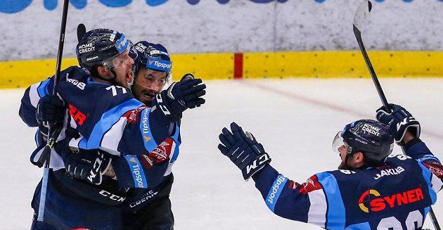 Liberečtí hokejisté (zleva) Tomáš Havlín, Jakub Valský a Michal Birner se radují z vítězství v prodloužení v Třinci.