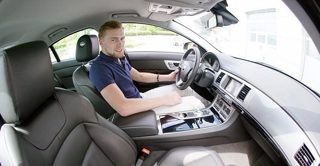 Hokejista Jiří Sekáč, útočník Anahaimu, bude na dovolené v Čechách využívat zapůjčený automobil Jaguar XF.