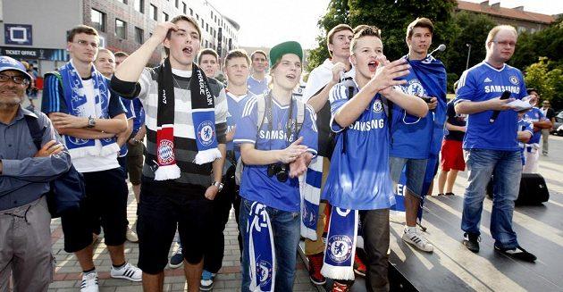 Fanoušci fotbalového klubu Chelsea před stadiónem v Edenu.