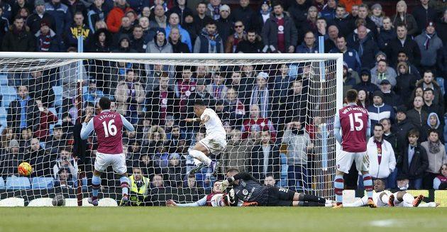 Nathaniel Clyne z Liverpoolu střílí gól do sítě Aston Villy v 26. kole anglické Premier League.
