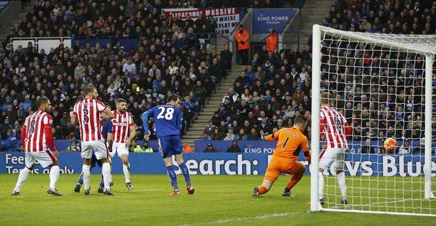 Bezmocný brankář Jack Butland ze Stoke po tečované střele Daniela Drinkwatera z Leicesteru v zápase 23. kola anglické Premier League.
