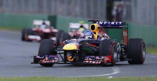 Sebastian Vettel s vozem Red Bull v čele Velké ceny Austrálie.