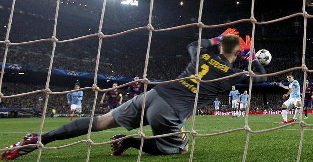 Takhle brankář Barcelony Marc-André ter Stegen zlikvidoval penaltu Sergiu Agüerovi (vpravo) z Manchesteru City.