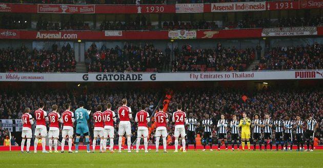 Fotbalisté Arsenalu a Newcastlu (vzadu) uctili při vzájemném duelu zesnulého brankáře Pavla Srníčka minutou ticha.