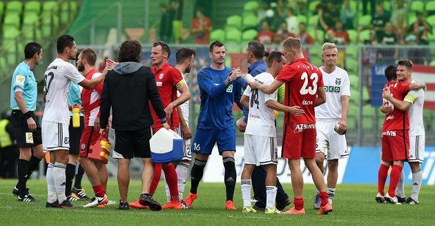 Fotbalisté Karviné a Brna se zdraví po skončení zápasu. Uprostřed je brankář Karviné Jan Laštůvka.