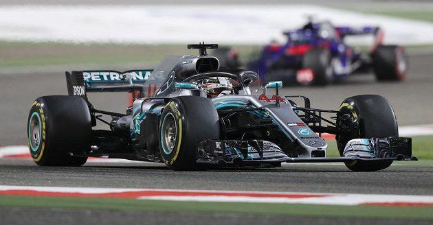Mistr světa Lewis Hamilton na trati Velké ceny Bahrajnu.