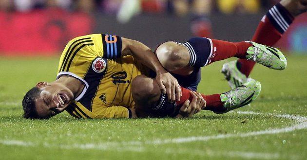Zraněný James Rodríguez z Kolumbie se svíjí na trávníku v přípravném duelu proti Spojeným státům.