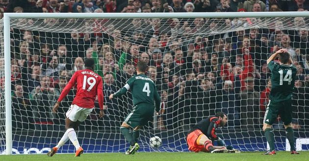 Sergio Ramos z Realu (druhý zleva) střílí vlastní gól v utkání s Manchesterem United.