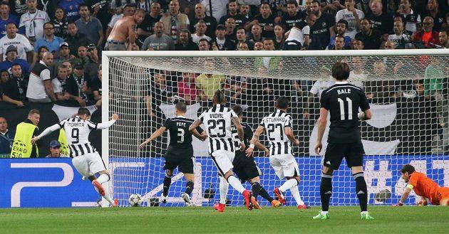 Fotbalista Juventusu Álvaro Morata (vlevo)dává gól Realu Madrid v semifinále Ligy mistrů.
