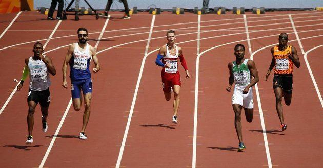 Čtvrtkařský svět letos výrazně zrychlil. Časem 45,16 s obsadil český rekordman Pavel Maslák (uprostřed) v rozběhu poslední místo.