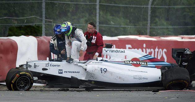 Felipe Massa opouští kokpit svého zničeného williamsu.