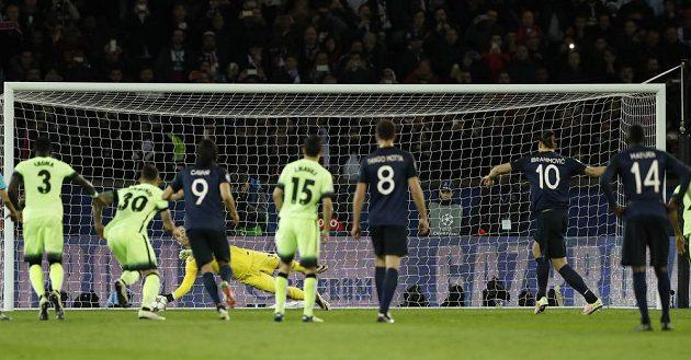 Brankář Manchesteru City Joe Hart likviduje penaltu Zlatanu Ibrahimovicovi.