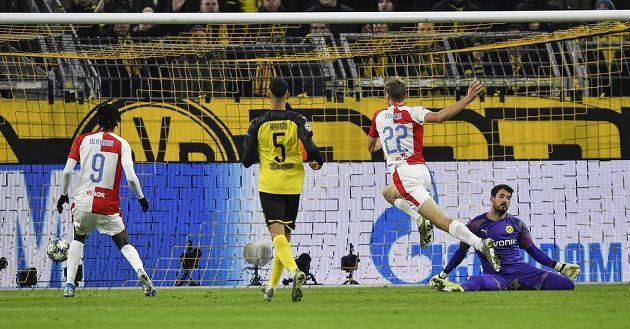 Vyrovnáno! Slávista Tomáš Souček (druhý zprava) posílá míč do sítě brankáře Dortmundu Romana Bürkiho.