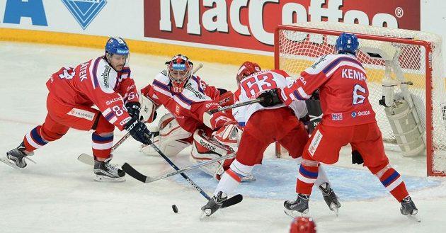 Čeští obránci Tomáš Kundrátek (84) a Michal Kempný (6) se snaží zabránit ve skórování Jevgenimu Dadonovovi (63).