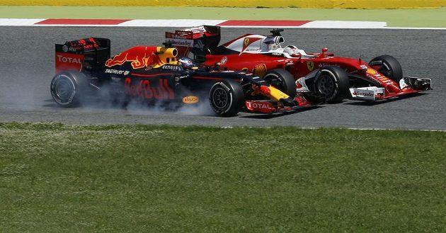 Souboj o pódium - Daniel Ricciardo (vlevo) z Red Bullu a Sebastian Vettel z Ferrari.