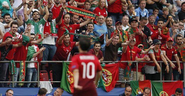 Portugalský fotbalista Bernardo Silva oslavuje v Olomouci s fanoušky gól proti Německu v semifinále ME do 21 let.