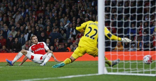 Aaron Ramsey z Arsenalu střílí, Simon Mignolet překonán! Ale gól neplatil pro ofsajd.