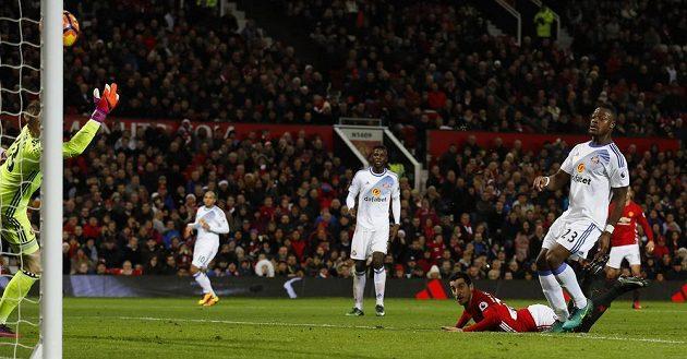 Henrik Mchitarjan z Manchesteru United dává přes hlavu gól v 18. kole Premier League. Brankář Sunderlandu Jordan Pickford se natahoval marně.