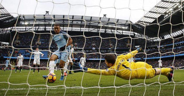 Gabriel Jesus střílí vítězný gól Manchesteru City v souboji se Swansea.