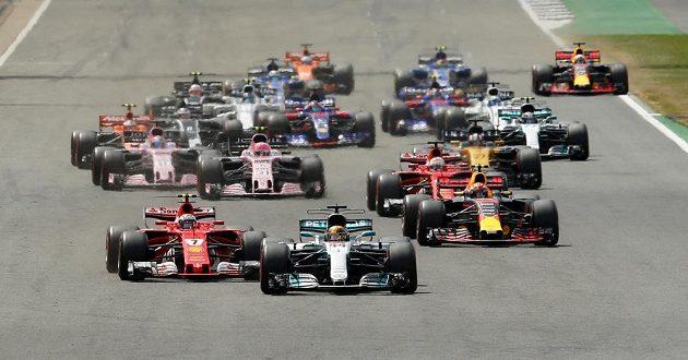 Brit Lewis Hamilton v čele po startu závodu v Silverstonu.