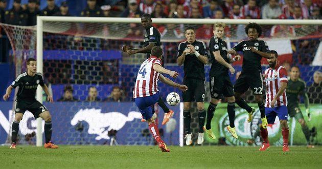 Fotbalista Atlétika Madrid Gabi zahrává přímý kop proti Chelsea v semifinále Ligy mistrů.