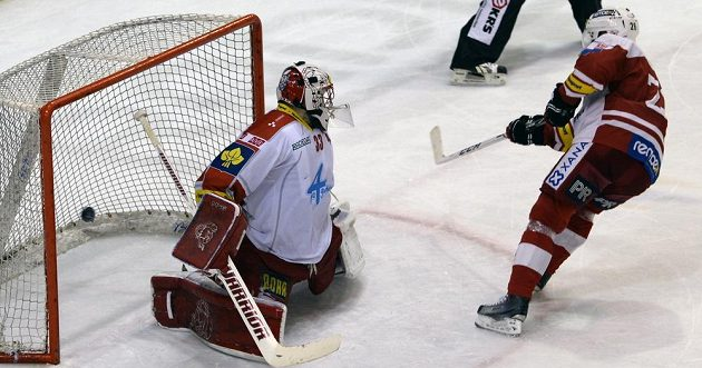 Tomáš Vlasák ze Slavie střílí rozhodující gól v samostatných nájezdech olomouckému brankáři Tomáši Vošvrdovi.