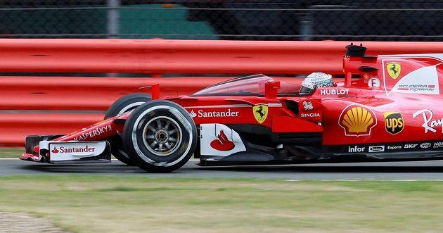 Sebastian Vettel při tréninku v Silverstonu testoval kryt kokpitu.