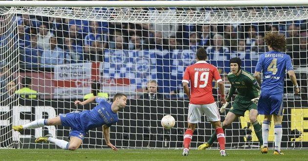 Gary Cahill (vlevo) pomáhá v obraně Chelsea brankáři Petru Čechovi ve finále Evropské ligy proti Benfice.