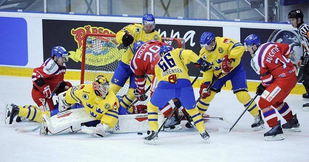 Závar před švédskou brankou: český útočník Jan Kolář (29) zkouší překonat Joela Lassinanttiho při utkání v Umee.