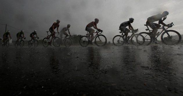 Cyklisty v 15. etapě Tour zastihla na trati pořádná bouřka.