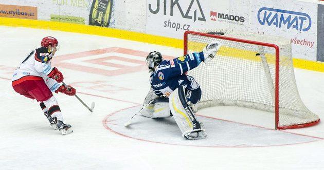 Rastislav Dej z Hradce Králové dává brankáři Pavlu Kantorovi z Vítkovic gól z trestného střílení.