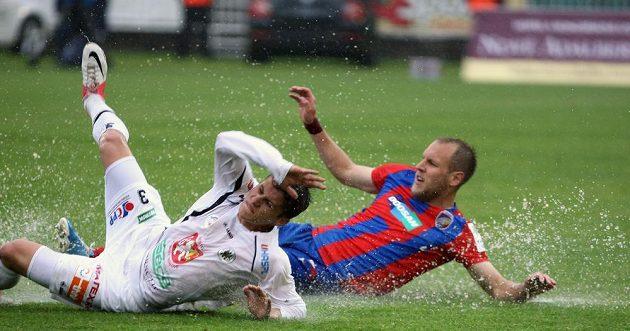 V těžkých podmínkách se hrálo závěrečné ligové kolo. Svědčí o tom i souboj plzeňského Daniela Koláře (vpravo) s královéhradeckým Petrem Schwarzem.