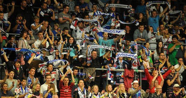 Chomutovští fanoušci se radují z vítězství nad Omskem.