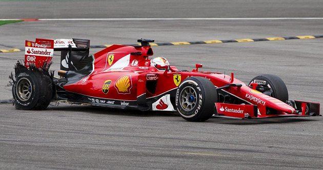 Osudný okamžik pro Sebastiana Vettela. Čtyřnásobnému světovému šampiónovi v závěru Velké ceny Belgie explodovala pravá zadní pneumatika.