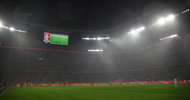 Déšť během utkání Bayernu Mnichov s Leverkusenem.