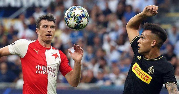 Ondřej Kúdela bojuje o míč v zápase Ligy mistrů proti Interu Milán