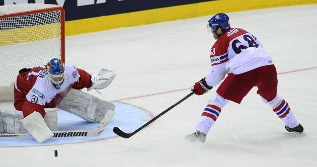 Dánský brankář Simon Nielsen maří samostatný nájezd Jaromíra Jágra.
