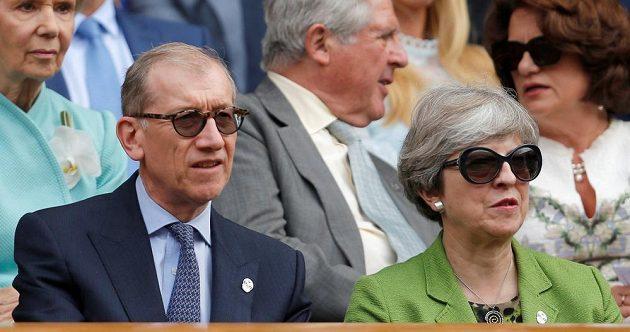 Premiérka Theresa Mayová a její manžel Philip při finále Wimbledonu.