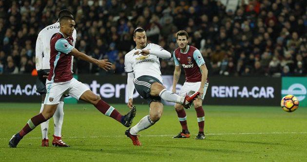 Útočník Zlatan Ibrahimovic (druhý zprava) střílí gól Manchesteru United do sítě West Hamu.