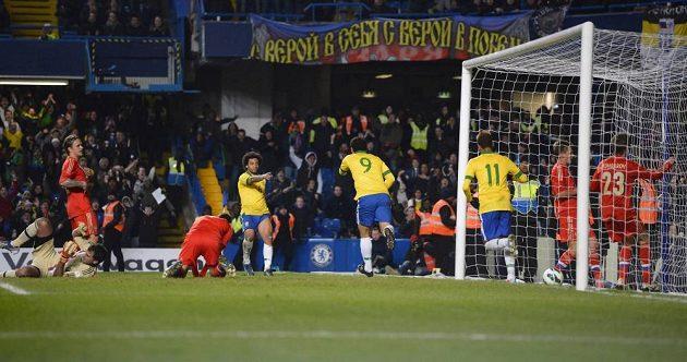 Útočník Brazílie Fred (9) slaví vyrovnávací gól proti Rusku.