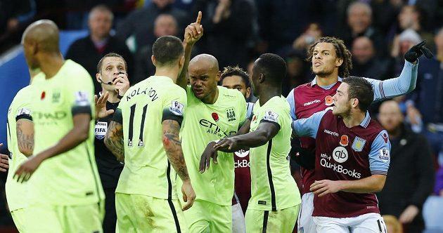Sudí Craig Pawson krotí emoce hráčů Manchesteru City (ve žlutém) a Aston Villy.