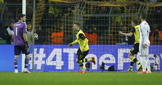 Marco Reus (uprostřed) slaví vstřelený gól do sítě Realu v odvetě Ligy mistrů.