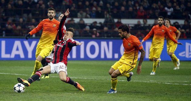 El Shaarawy z AC Milán (vlevo) se snaží proměnit šanci v utkání proti Barceloně.