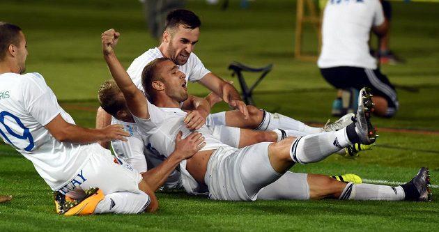 Hráči Baníku se radují ze vstřeleného gólu.