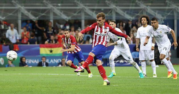 Antoine Griezmann z Atlétika zahrává pokutový kop ve finále Ligy mistrů proti Realu. Trefil jen břevno.