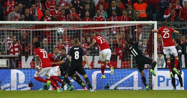 Arturo Vidal (č. 23) posílá Bayern do vedení v zápase Ligy mistrů proti Realu Madrid.