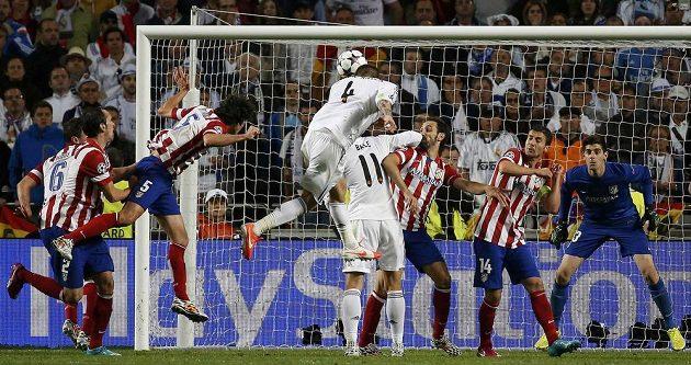 Sergio Ramos (4) hlavou v závěru druhé půle zařídil Realu vyrovnání skóre ve finále LM s Atlétikem.