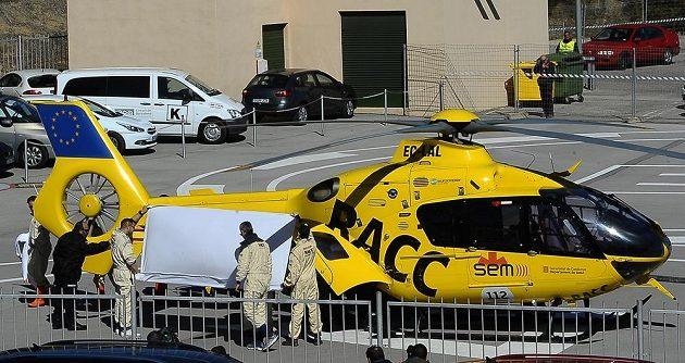 Vrtulník převezl zraněného Fernanda Alonsa do nemocnice v Barceloně.